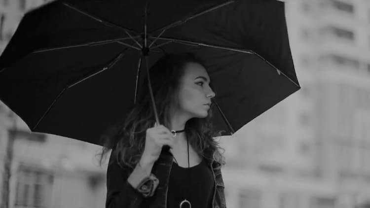 Девочка гуляет по Волгограду