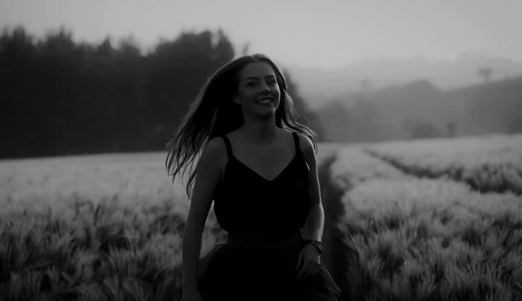 Девочка гуляет по Кургану