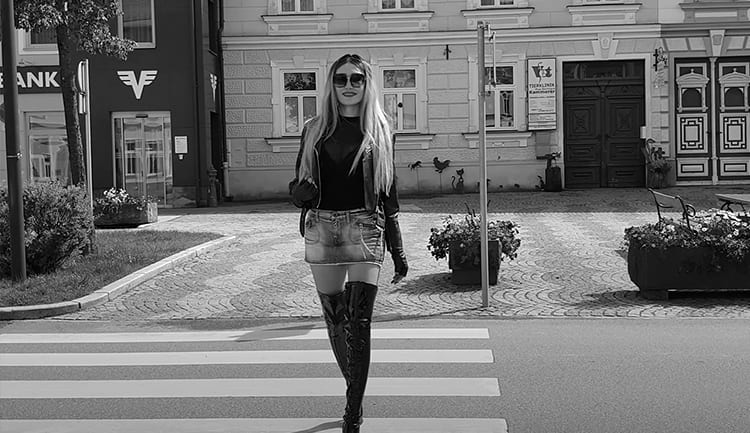 Девочка гуляет по Мурманску