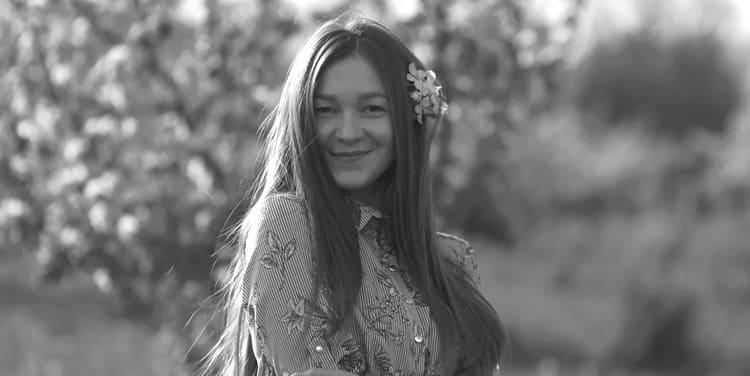 Девочка гуляет по Новокузнецку