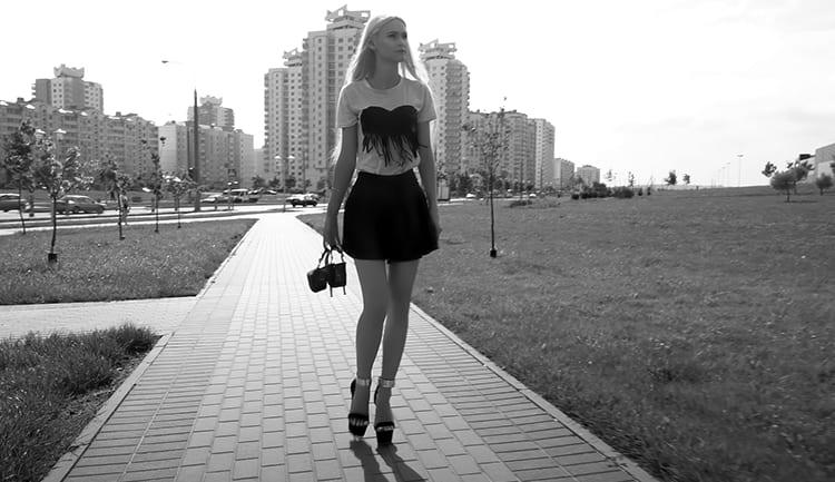 Девочка гуляет по Орлу