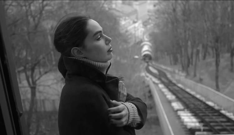 Девочка гуляет по Севастополю