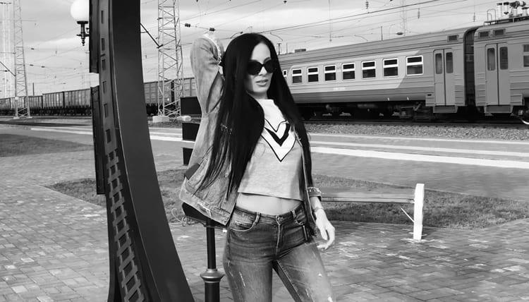 Девочка гуляет по Томску