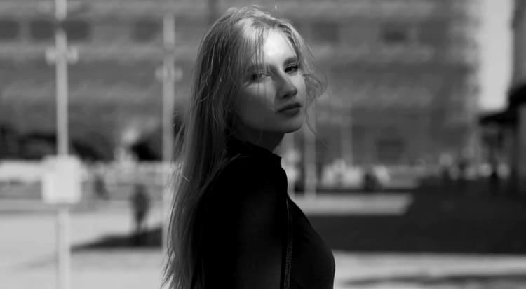 Девочка гуляет по Ярославлю