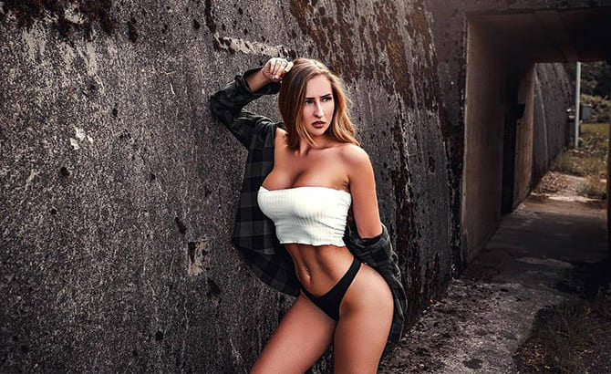 Девушка работает в Москве