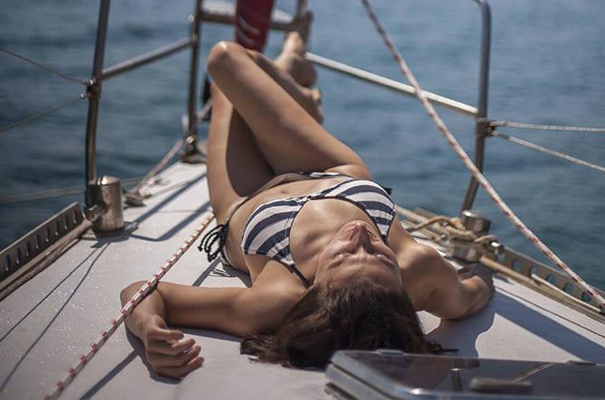 Девушка сопровождает мужчину на яхте